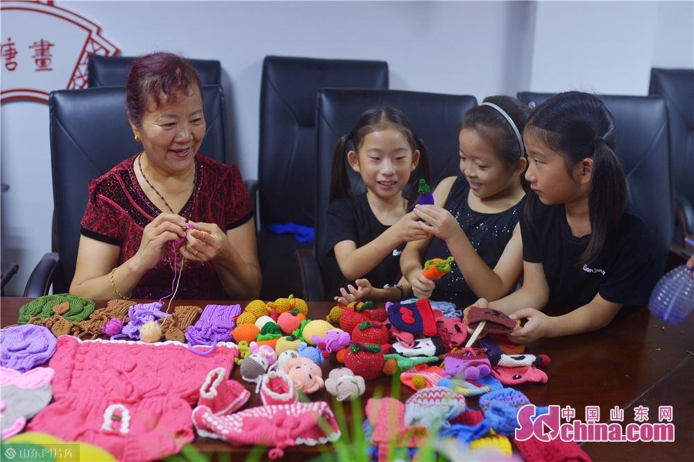 <br/>  2019年8月13日,手编艺人在山东青岛水清沟街道民俗展览馆向孩子们传授技艺。<br/>