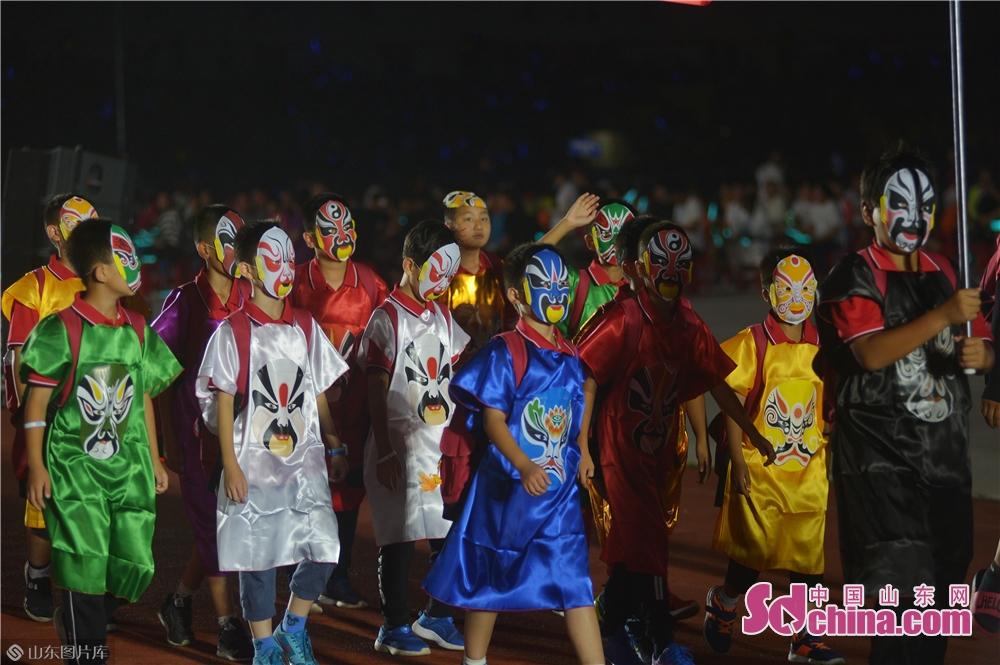 <br/>  2019年8月13日,中国队的小队员头戴京剧脸谱走进2019&ldquo;哥德杯中国&rdquo;世界青少年足球赛开幕式会场。<br/>