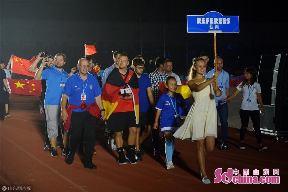 <br/>  2019年8月13日,这是2019&ldquo;哥德杯中国&rdquo;世界青少年足球赛裁判代表队走进开幕式会场。<br/>