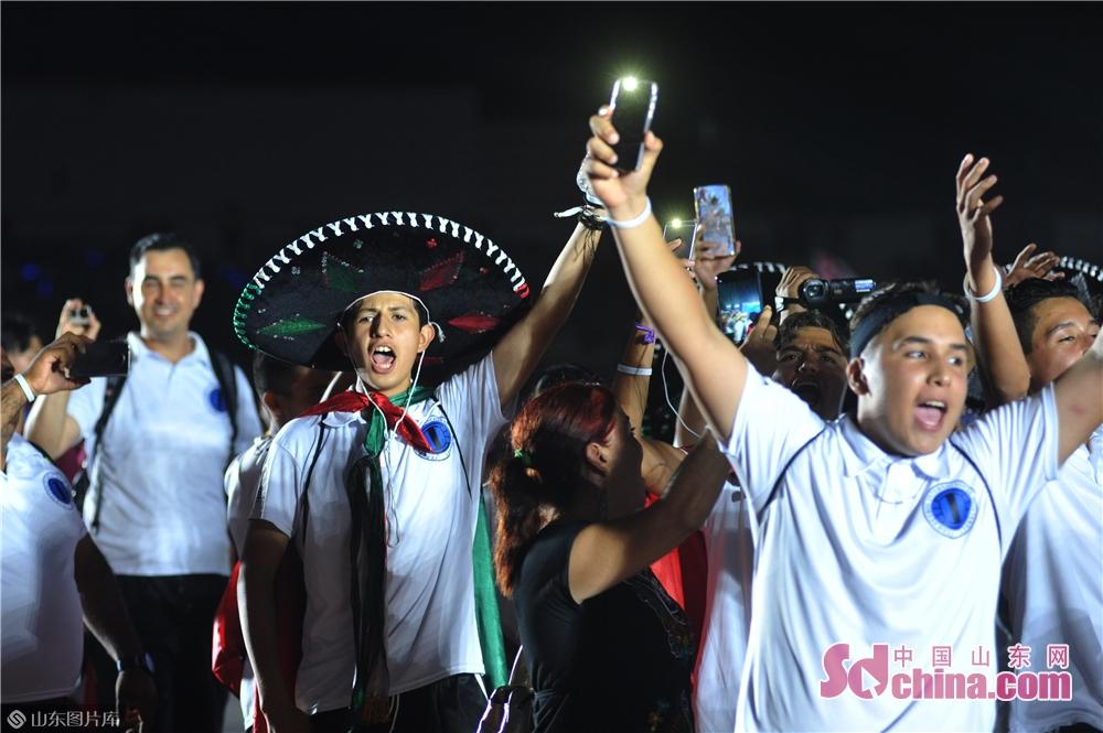 <br/>  2019年8月13日,来自墨西哥的足球队唱着队歌走进2019&ldquo;哥德杯中国&rdquo;世界青少年足球赛开幕式会场。<br/>