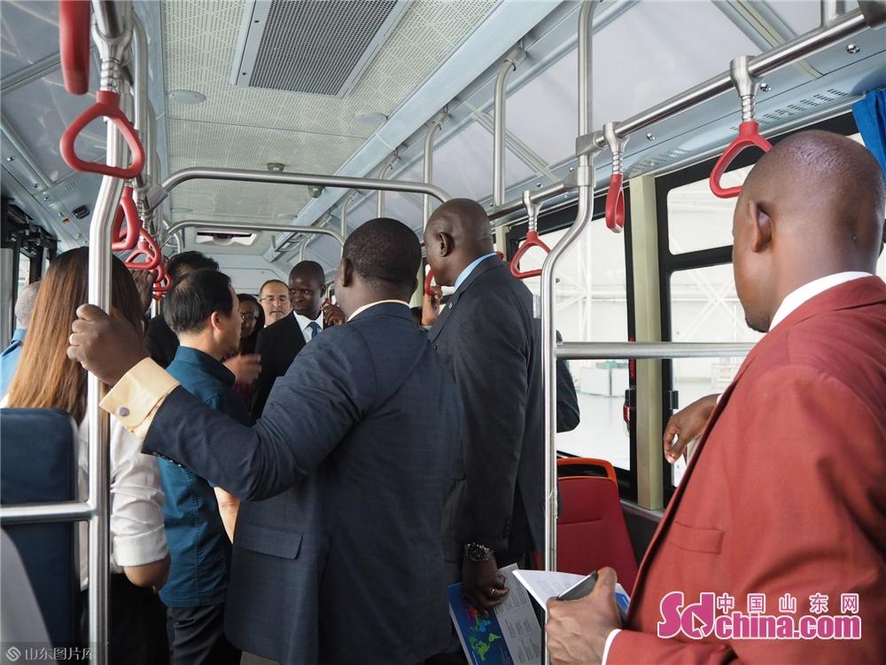 <br/>  8月15日,非洲高级外交官访华团成员在中国重汽体验自动驾驶新能源客车。当日,非洲高级外交官访华团一行走进山东,全面了解山东近年来经济社会发展的情况和取得的成就。此次访华团由来自贝宁、多哥、佛得角、尼日尔等25个非洲国家外交部及中部非洲国家经济共同体的高级外交官组成。<br/>