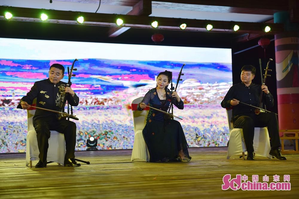 起動式において、来場者らは済南文化惠民消費シーズンの宣伝動画、及び民族音楽の合奏、ダンス、雑技などの数多くの文芸番組を観賞した。<br/>  中国山東網