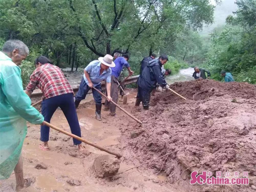 <br/>  中皮村党员群众上下一心,铲除淤泥,恢复道路交通。<br/>