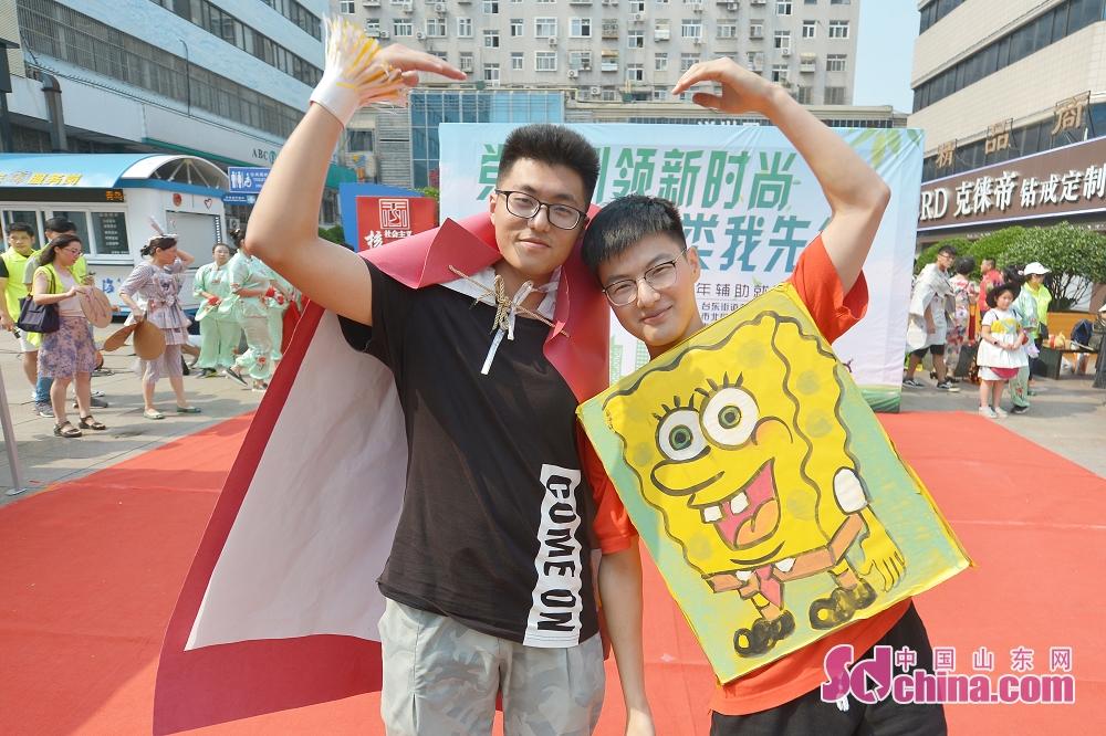 <br/>  8月16日,垃圾分类志愿者穿着自己设计的服装进行表演秀。<br/>