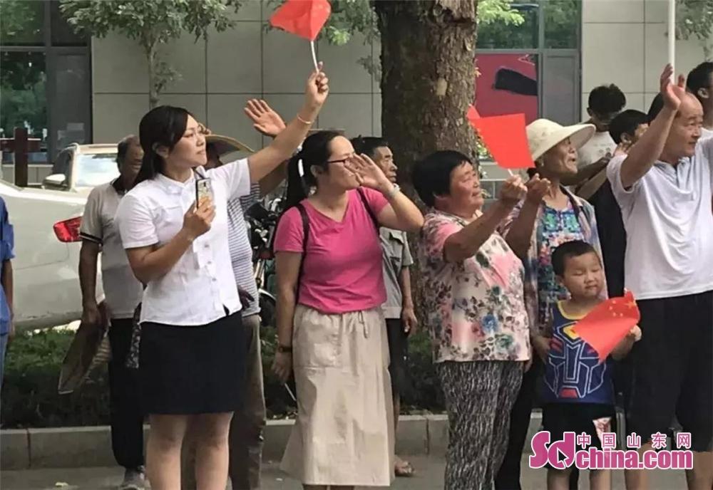<br/>  下午14时,在桓台县马桥镇政府门口道路两侧挤满了自发赶来送别消防员的市民。<br/>