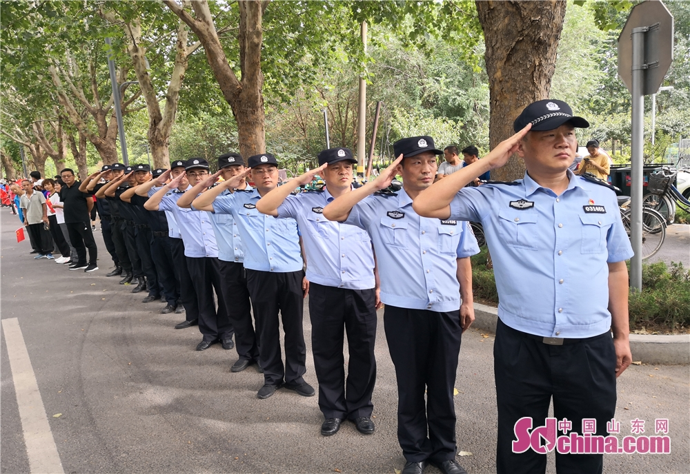 <br/>  桓台县公安局马桥镇派出所的民警,他们望着撤离的消防车敬礼。<br/>