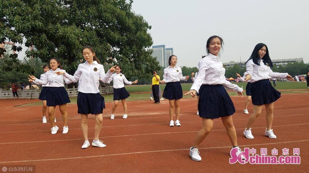 学生表演现代舞。