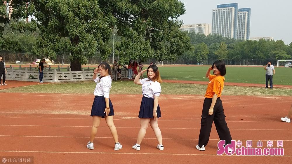 学校的前辈学姐们表演快闪劲舞。<br/>