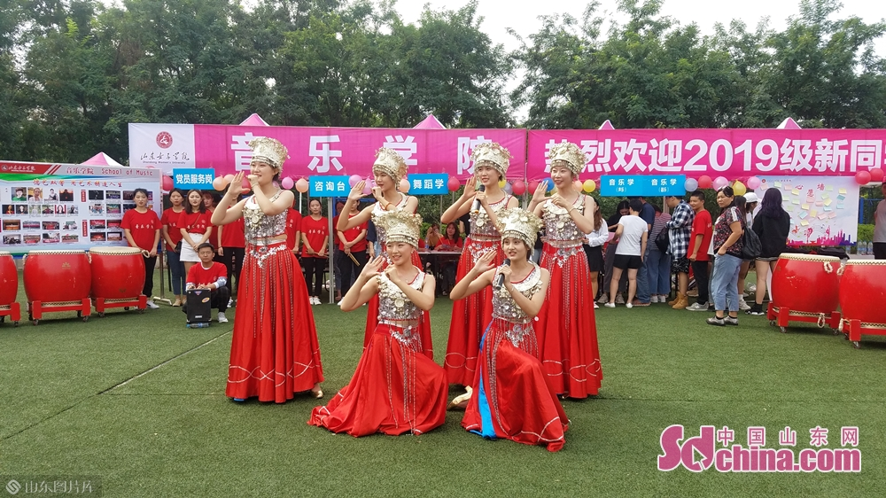 音乐学院的学生表演民族歌舞。<br/>