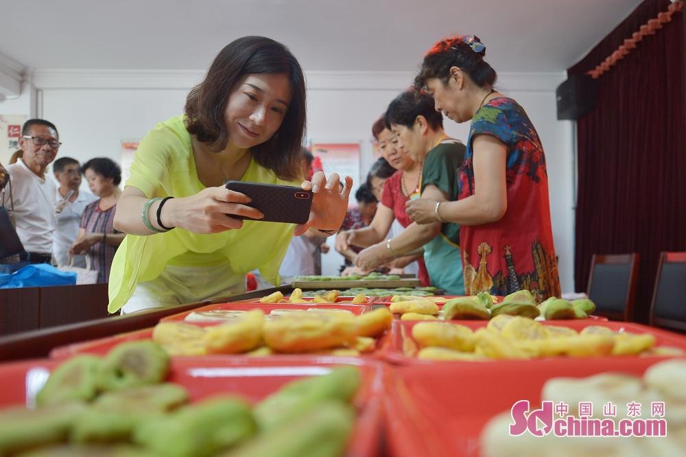 市民はイベントで写真を撮っている。<br/>
