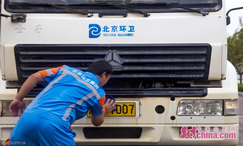 我们经常在路上看见环卫车清洁路面,却很少见到他们清洁自己,他们用干净,为菏泽更干净