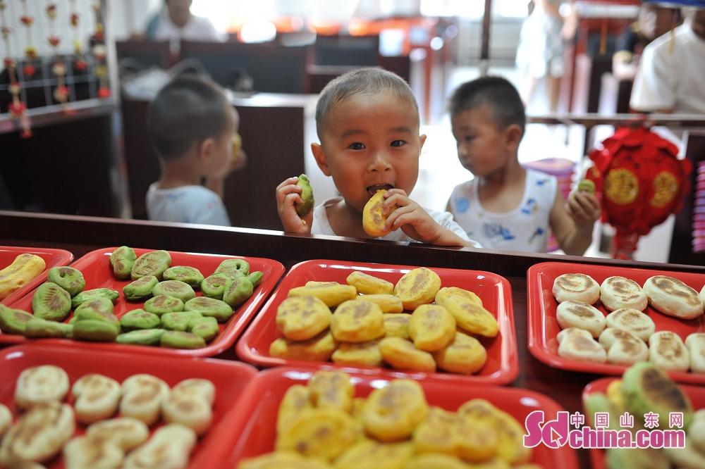 子供は現場で「卡花」を食べている。<br/>