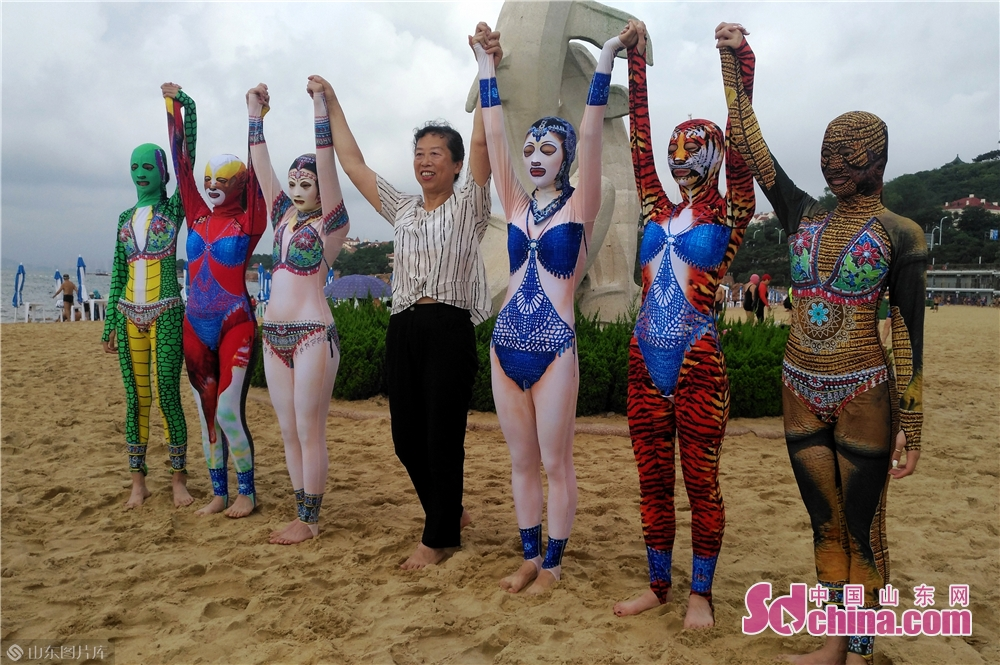 Facekini inventor Zhang Shifan promotes the new generation of facekini with models dressing her creations on the beach in Qingdao, east China&rsquo;s Shandong Province.<br/>