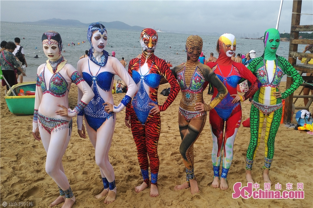 Models present new creations of facekini on the beach in Qingdao, east China&rsquo;s Shandong Province.<br/>