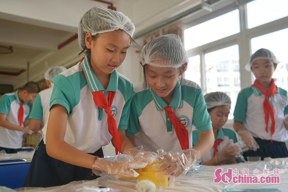 <br/>  9月9日,山东青岛重庆路第三小学的孩子们跟随老师学做月饼,喜迎&ldquo;双节&rdquo;。<br/>