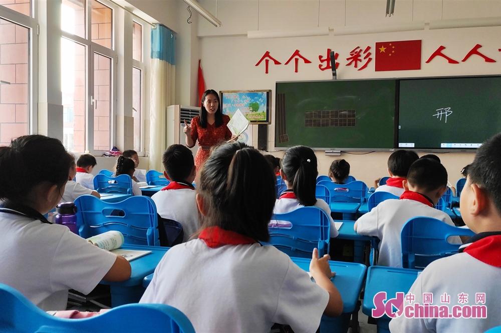 <br/>  8:20 这是今天的第一堂课,小学二年级的道德与法治,学生们听课都非常认真。<br/>