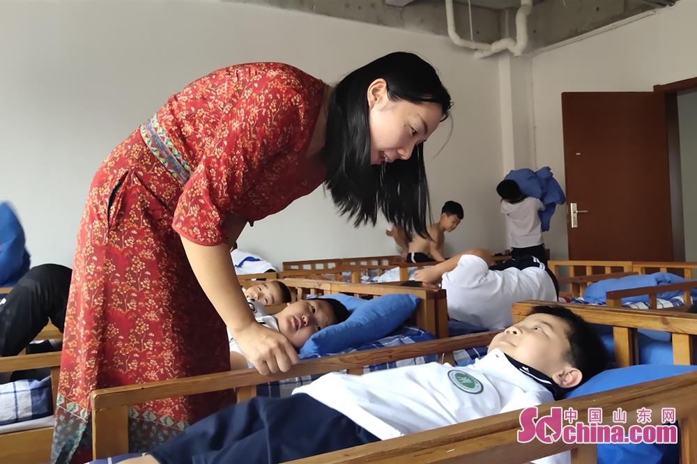 <br/>12:50邢老师来到寝室照看学生午睡。<br/>
