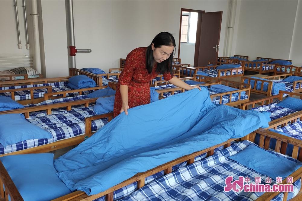 <br/>  14:00 学生午睡离开后,邢老师为孩子们整理被褥。<br/>