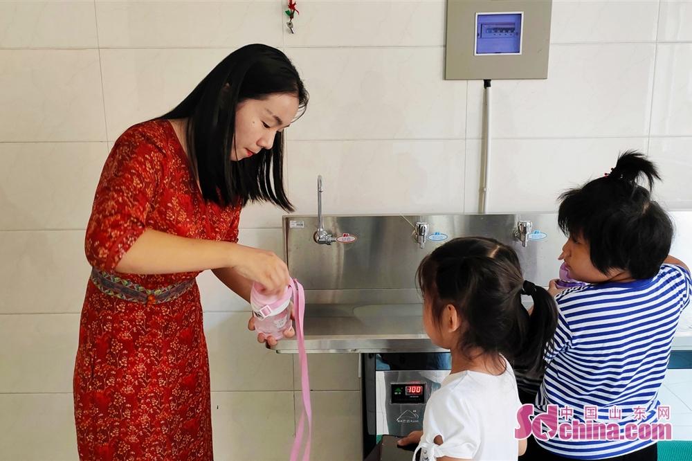 <br/>  9:03 课间邢老师走进水房,督促学生们喝水,细心地帮学生们打开水杯。<br/>