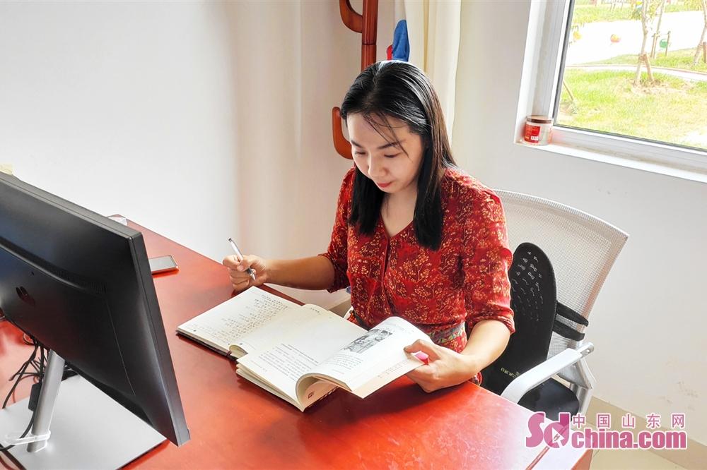 <br/>  9:15 孩子们上课后,邢老师回到办公室进行备课。邢老师告诉记者她一天平均4节课,加上日常的考勤检查,待在办公室的时间很少。<br/>