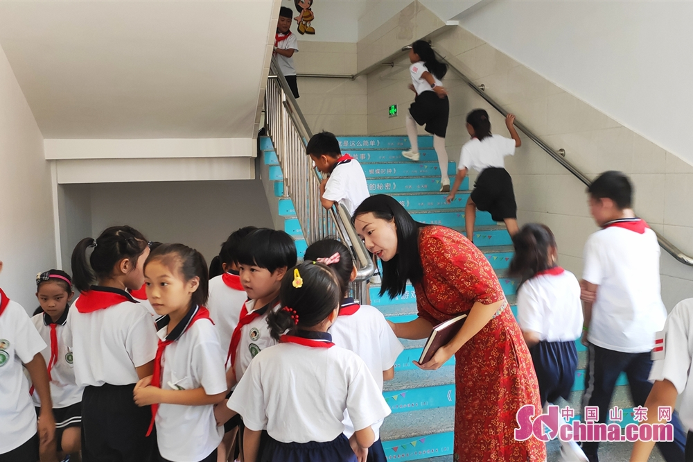<br/>  10:15 上课前,邢老师站在楼梯口教育学生有序上下楼梯。<br/>