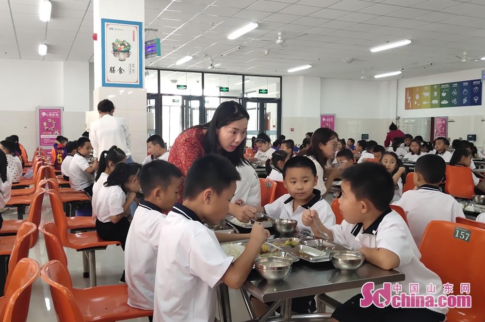 <br/>  12:03 目送孩子离校后,邢老师匆匆赶到餐厅,巡视各班级用餐情况。<br/>