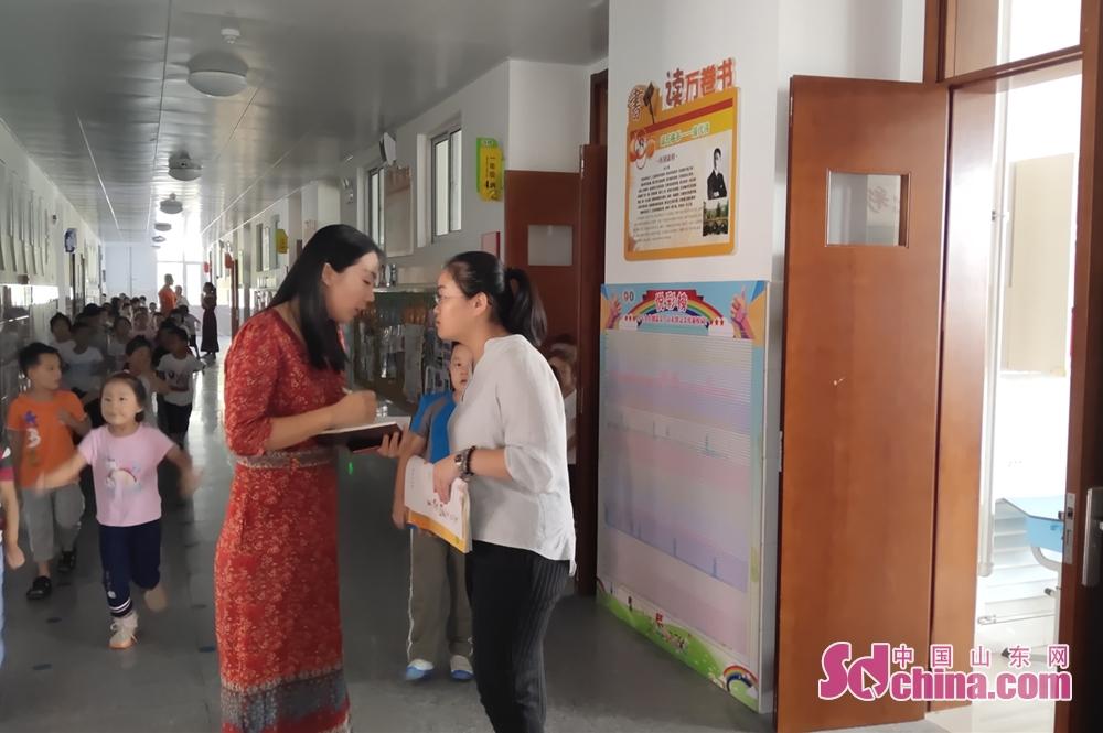 <br/>  7:45 当学生们进入校门,邢老师开始各班级巡视,记录学生考勤和老师到岗情况。<br/>
