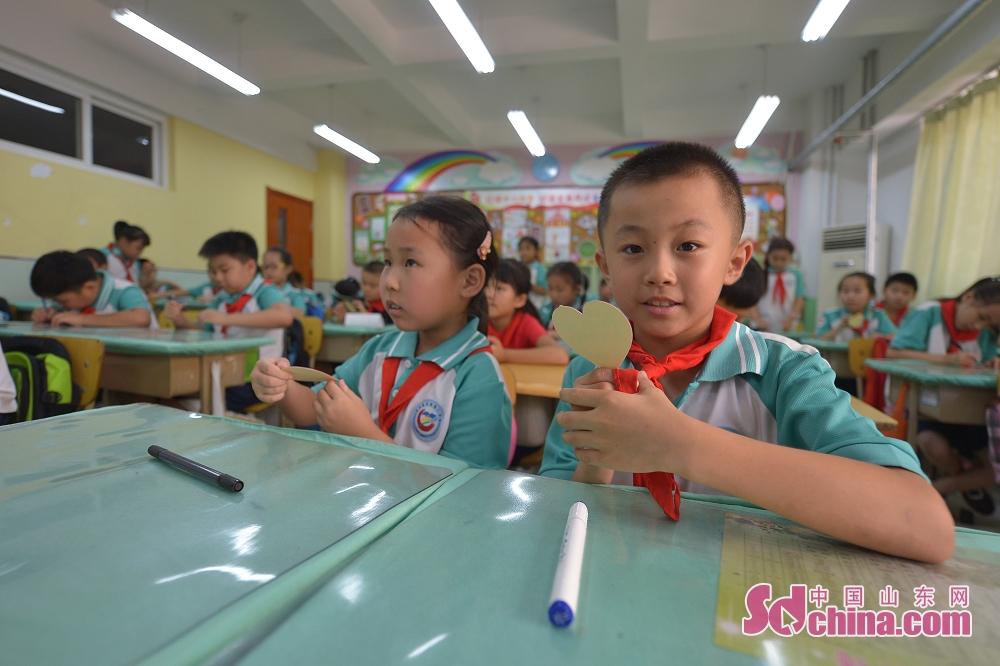 <br/>  9月9日,山东青岛重庆路第三小学的孩子们在教师节到来之际,通过书写爱心卡片表达对老师的感谢和祝福。<br/>