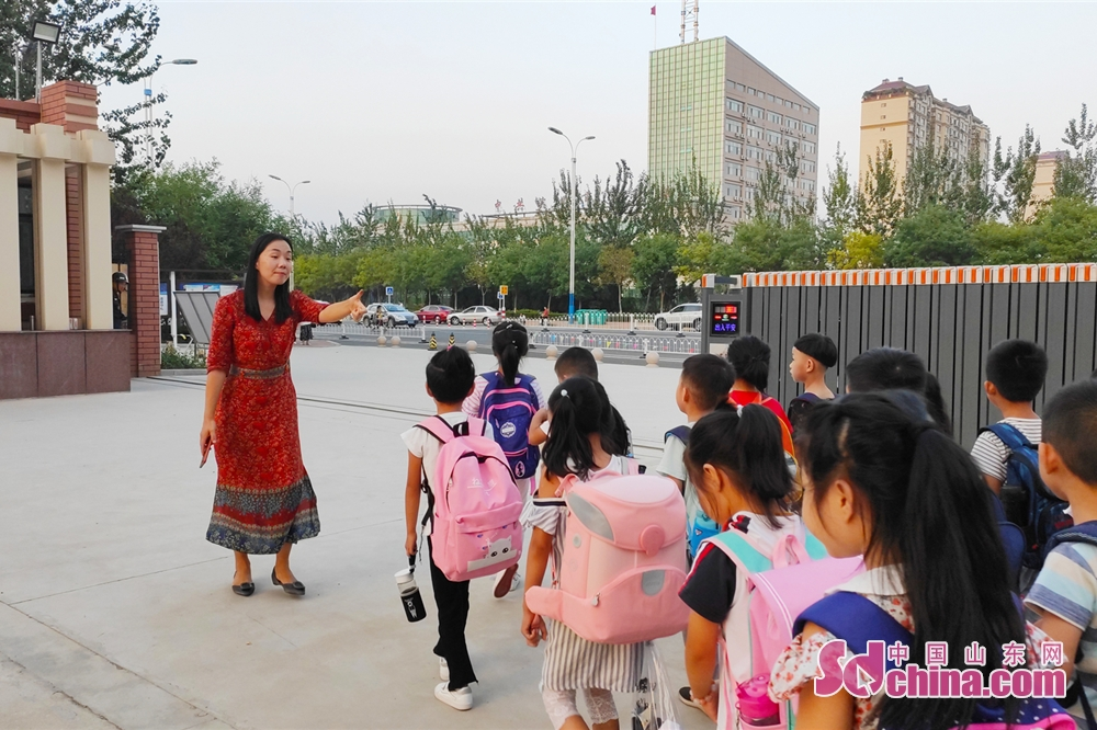 <br/>  17:40 一天的课程结束,又到了放学的时间。邢老师来到学校门口组织学生有序离校。<br/>