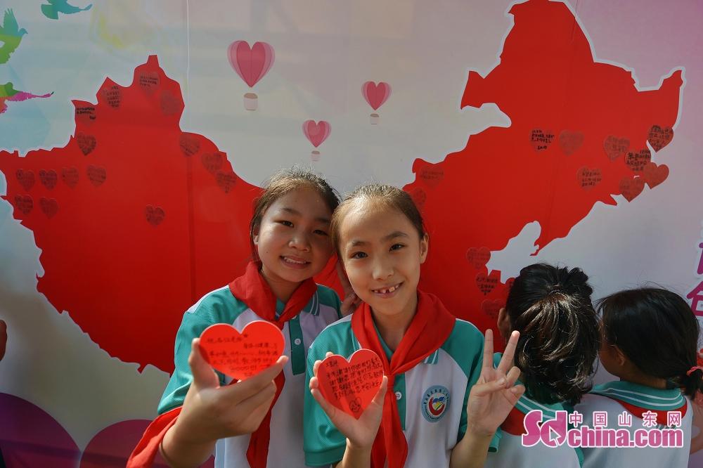 <br/>  9月9日,山东青岛重庆路第三小学的孩子们展示写满祝福语言的爱心卡片。<br/>