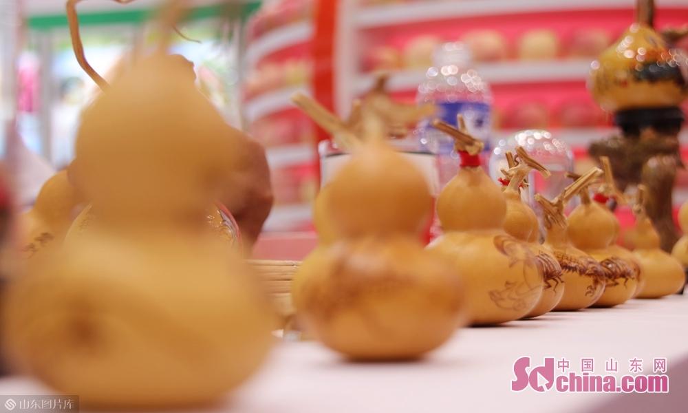 9月19日,山东菏泽第十六届林产品交易会现场展出的蒙山葫芦画。