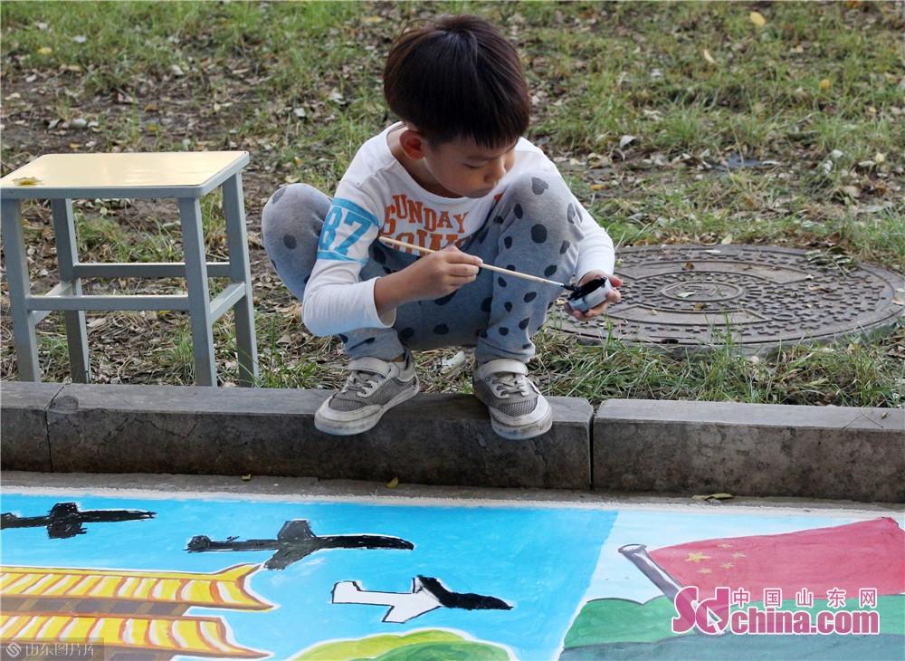 <br/>  &ldquo;小小画家&rdquo;上阵,为画填补色彩。<br/>