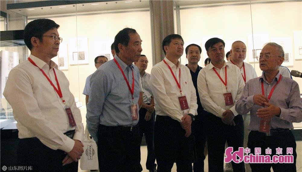 <br/>  开幕式结束后,与会领导和来宾参观淄砚铭文展。山东省工艺美术大师常宗林介绍情况并引领参观。<br/>