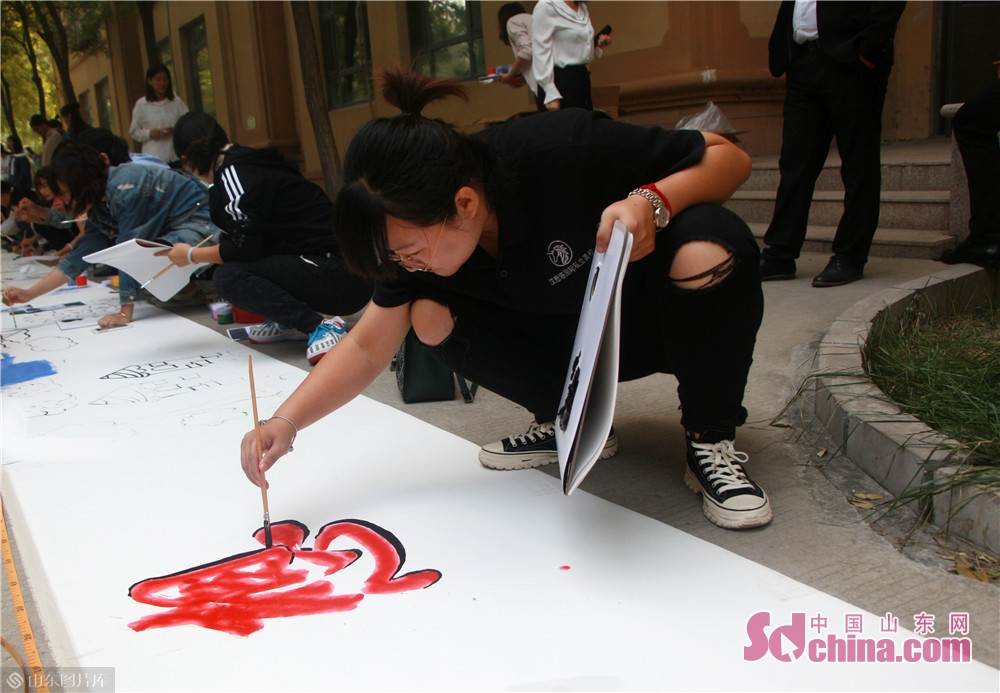<br/>  家长们别出心裁,以绘画、题字多种方式迎国庆。<br/>