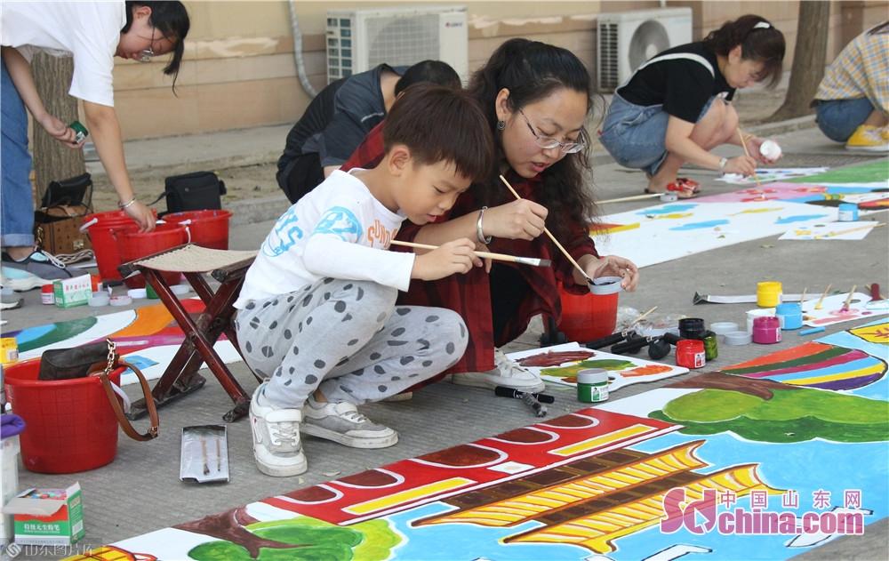 <br/>  放学后,学生与家长手拿画笔,共绘画。<br/>