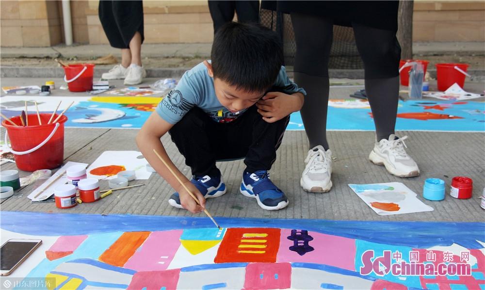 <br/>  &ldquo;小小画家&rdquo;上阵,为画填补色彩。