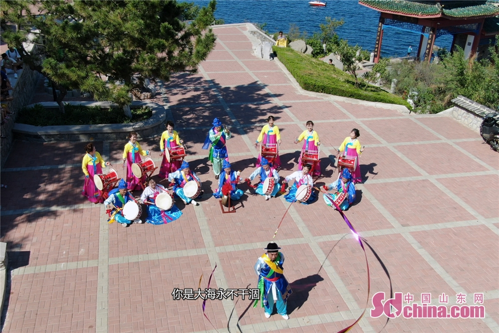 <br/><br/>  这里是黄海之滨,柔软的沙滩上,各族群众为祖国翩翩起舞,献出高山与大海的承诺!<br/>