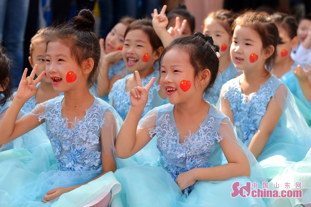 <br/>  9月27日,青岛市北区通榆路幼儿园的小朋友盛装出演。<br/>
