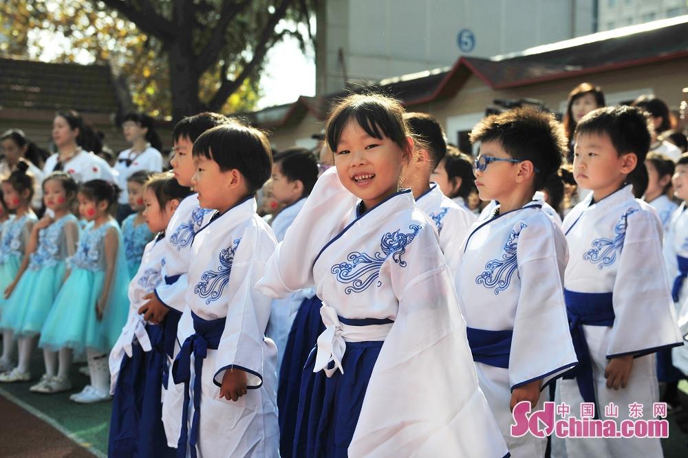 <br/>  9月27日,青岛市北区通榆路幼儿园的小朋友盛装出演。