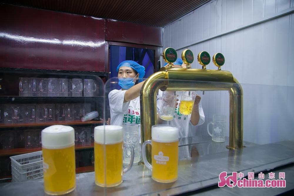 来自青岛啤酒,丹麦嘉士伯、德国柏龙等11个国家的49个品牌系列200余种啤酒汇聚在这里。<br/>