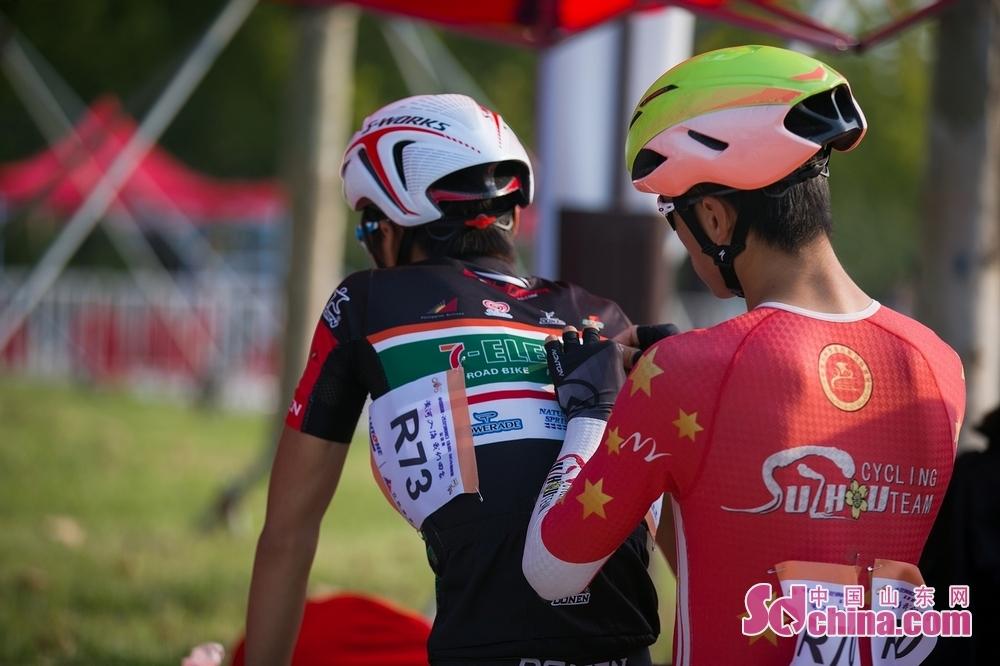 9月1日上午,中国路通&middot;2019黄河口(东营)国际公路自行车赛开赛。图为运动员在做赛前准备。(摄影/马仁亮)<br/>