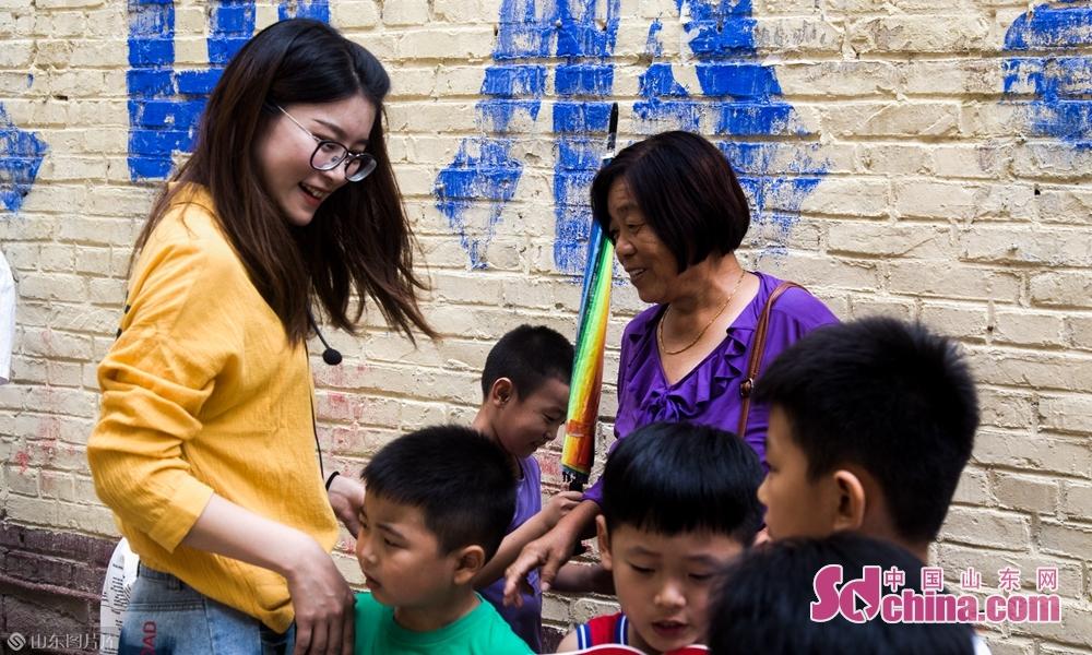 9月4号上午山东菏泽八一路小学门口老师将学生安全送到家长身边。