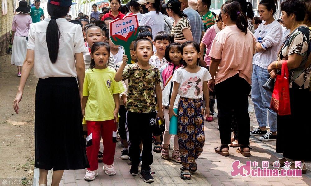 9月4号上午山东菏泽八一路小学一年级八班学生高喊口号。