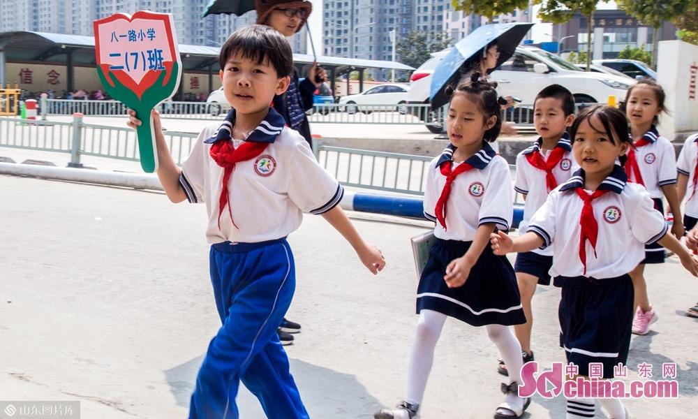 """9月4号上午山东菏泽八一路小学学生们""""整装前行""""。"""