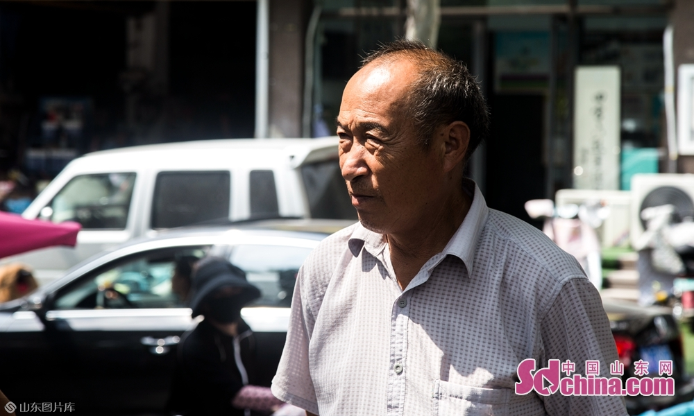 9月4号上午山东菏泽八一路小学门口一位大爷在寻找自己的孙子。