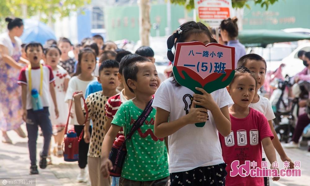"""9月4号上午山东菏泽八一路小学学生们""""害羞""""前进。"""