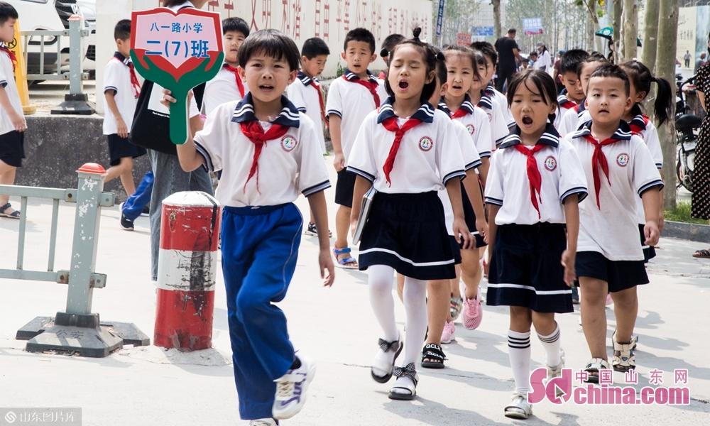 9月4号上午山东菏泽八一路小学高喊口号的二年级学生们。