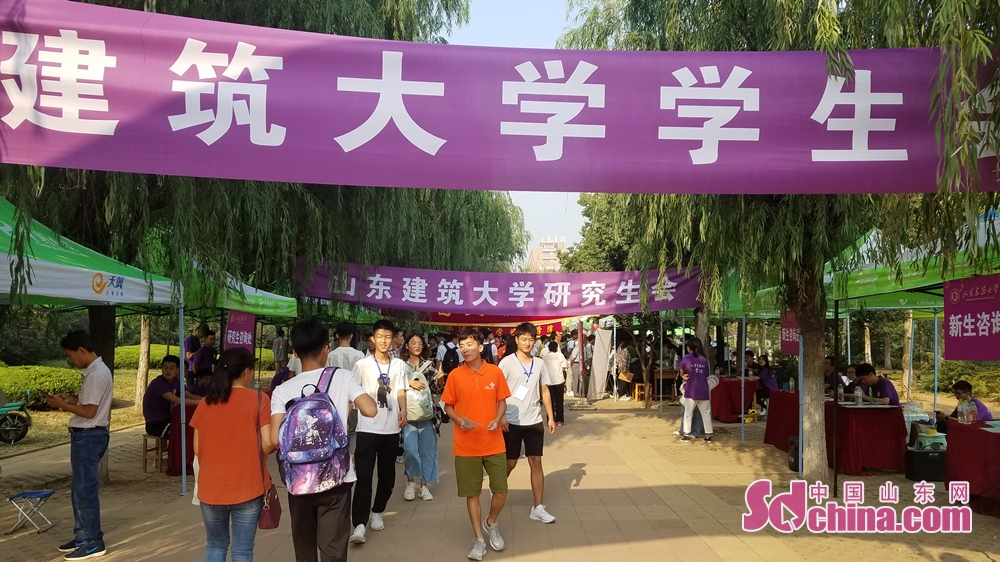 <br/><br/>  今年进入山建大学习的新生共有6888名,校长靳奉祥来到迎新现场,为新生和家长答疑解惑。<br/>