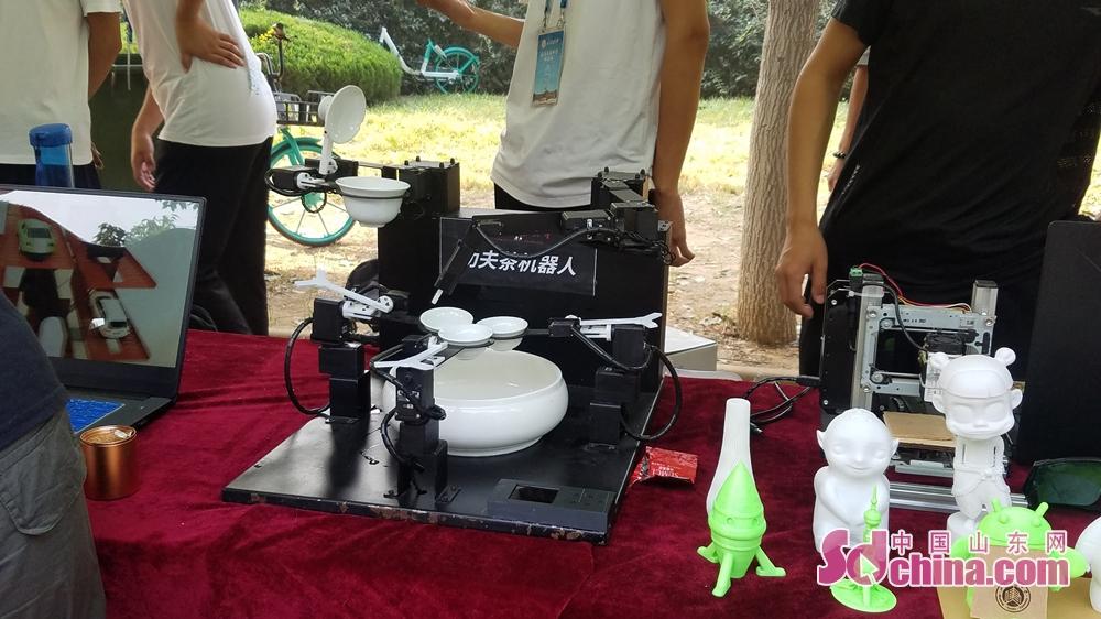 <br/><br/>  新奇的&ldquo;倒茶机器人&rdquo;、可以刻上校徽图案的激光打印设备,横向和纵向都能移动的&ldquo;模拟电梯&rdquo;,众多的科技发明吸引着新生驻足。<br/>