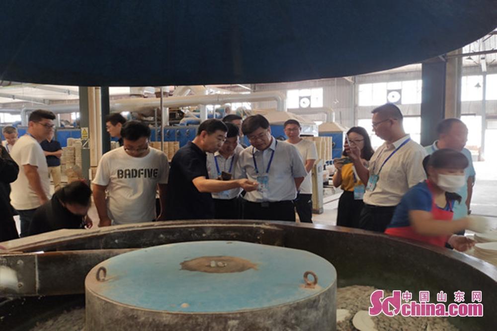 <br/>采访团了解海瓷产品生产过程。<br/>
